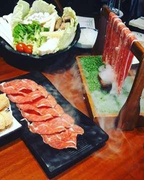 Udah beberapa kali liat food blogger makan disini.. dan katanya endolita banget.  Akhirnya minggu lalu kesampean bisa makan disini.  Untuk harga start dr 600k per 2 orang ( ada kaya set menu gitu ) sampai 1.3 juta per 2 orang (kalo gak salah inget ) monggo yang mau coba :) Kalo soal rasa kembali lagi ya ke selera masing-masing :) #hotpot #8treasuresjkt #8treasure #plazaindonesia #jakartafoodies #jakartaeatery #foodiesofinstagram #foodporn #foodies #chinesehotpot #chinesehotpotindo