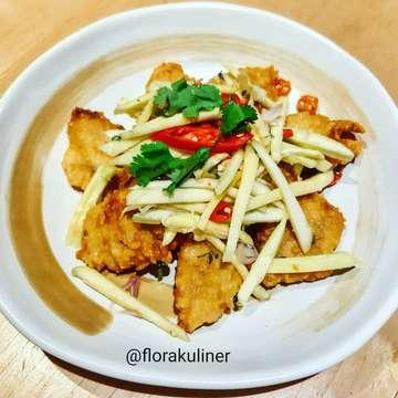 "Ikan ketemu salad mangga bagaikan ketemu kamu hbs bangun tidur..... #asyik . . Kalau ke @tomtom.kitchen jangan lupa pesan ""PLA TOD"" (deep fried fish fillet topped with mango salad). Segarnya taste salad mangga membuat hidangan jadi tambah nikmat dan gak amis fish filletnya. . 💰IDR 99k (exclude tax) 📌@tomtom.kitchen @grandindo 5th Floor, East Mall ♥ 8,5 / 10 . #tomtomrestaurant #thaifood #masakanthailand #thaimenu #thailandcuisine #cuisine #grandindonesia #jktfooddestination #jktfoodbang #jakartaculinary #jakartafoodies #foodiejakarta #foodblogger . @jktfooddestination @pesonakuliners @dietmulaibesok @wowlaper @indozonefood @laperbaper"