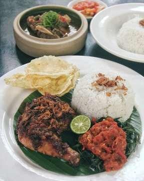 Food feast @odysseia_allin  Favorit aku di sini nasi goreng cabai ijo dan ayam taliwangnya, enak. Cakenya juga ga kalah enak lho, harus cobain. . . Odysseia 🏠 Pacific Place, 📞 (021) 51400028 ⏰ Mon - Sun (10 : 00 - 01 : 00) 💲 Rp 100.000 - Rp 200.000 / Person 👅 ⭐⭐⭐ 1/2 . . #foodserenade #odysseia #cafe #restaurant #instafood #foodgram #foodstagram #indonesianfood #westernfood #cake #sweets #jktgo #nibble #pacificplace #flatlay