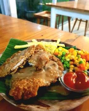 Selamat bukber semua.. Nah bagi kalian penggemar steak wajib cobain steak yang satu ini. Dijamin rasanya nendang, karena ada saos jamur jadi rasanya gurih-gurih nagih. . CHICKEN STEAK 📍 Raminten kitchen, Yogyakarta ⏰ 24 jam(monday - sunday) free wifi ⭐ 8.5 /10 💰 Rp 25.000an . . #makanenak #makanpedes #makananindonesia #enak #makananjalanan #sayur #tahu #kuahtahu #brokoli #wortel  ##foodhunter #goodfood #delicious #jajanankekinian #jajananpasar #jogja #indonesia #foodinfluencer #foodphotography #foodpic #foodstagram #foodie #jajananjogja #jogjakulinery #life