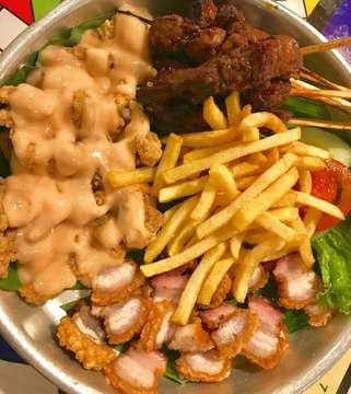 [Non-Halal] Buat kalian yang tinggal di Jakarta Utara kudu wajib banget cobain @flyingpig.id, jenis menu pork mereka benar-benar enak banget dan terjangkau. Ini aku pesan Pork Platter dengan isiannya pork satay, pork mayo, pork belly, dan french fries. Untuk satu porsi Pork Platter ini bisa buat berdua lho. Oh iya kalian juga wajib minta kuah kaldu mereka, dijamin N-A-G-I-H  #kulinersunter #kuliner #foodies #nonhalal #laperbaper #yummy #porkplatter #anakjajan #foodporn #makan 