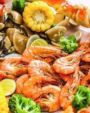All You Can Eat Shrimp? Say yesss! You can now enjoy this sexy shrimps only at The Holy Crab every Monday for IDR 295K per person!  Kapan lagi bisa makan udang, sides dan starters Holy Crab sepuasnya?  P.S. Maafkan aku telah mengeksploitasi 'sodara-sodaraku'! 🙈🦐🤣 ___ #TheHolyCrab #foodventurer . . . #seafood #holycrab #foodporn #buzzfeedtasty #beautifulcuisines #foodgawker #foodstarz #jktfoodbang #jktfooddestination #foodstagram #foodoftheday #feedfeed #jktinfo #destinasijajan #lambekuliner #wowlaper #eeeeeats #devourpower #foodbeast #nomnom #tastethisnext #weekendvibes