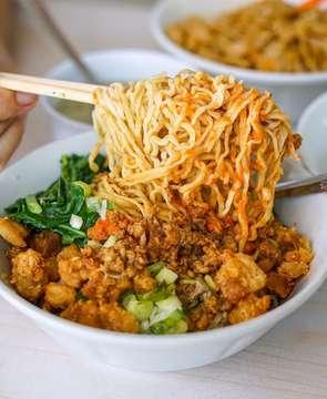 Selamat pagi dunia! ❤️ Ini Bakmi Lily, salah satu favoritku juga namun non-halal ya! Harga di sini murmer banget dan kunci kelezatannya ada pada sambal dan bonus ampas/bayupok-nya! ___ #BakmiLily #KelapaGading #foodventurer . . . #foodie #foodporn #buzzfeedtasty #noodleworship #liftingnoodles #beautifulcuisines #jktfoodbang #jktfooddestination #noodles #bakmiclubid #kuliner #jakarta #eeeeeats #foodbeast #nomnom #foodgawker #breakfast #comfortfood #asianfood