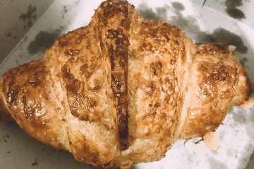"""Hello Eatie!  Hari minggu gini enaknya ngemil sambil seruput minuman kesukaan😍  Ngemil kali ini ditemani sama Croissant ter da best di Bandung menurut ku. Layer-nya perfect banget! Untuk rasa jangan diragukan lagi🙌🏻 Cobain deh, dijamin gak akan nyesel! . . . """"Butter Croissant Gandum"""" 📍 Waroeng Snoepen  Komp. Pondok Hijau Indah Rumah Serba Guna Ruko E-1H Jl. Pinus raya barat 💰 : Rp18.000  #pantangpulangsebelumkenyang #kulinerbdg #kulinerbandung #kulinerbdgmurah #makanterusss #infobdg #infobdgraya #jajananbandung #duniakulinerbdg #makanpakereceh #jalanjalanmen"""