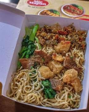. Mie sambal matah Mie halal yang terus ber inovasi . - 📌 Mie Mapan 🏡 jl. Rungkut Mapan Tengah 1/FB 11 , Rungkut . Surabaya. - ⏰ 07.30 - 09.30 pm. - - - - - - - - - #miehalal . - - - - #bakmikomplit  #noodlelover  #liftingnoodles  #noodlepull  #bakmifavorit  #bakmilover  #bakmiclubid  #foodporn #foodphotography  #foodstyling  #foodlover  #foodshare  #kulinerindonesia  #jktfooddestination  #jktfoodbang  #noodleworship  #rusuhstagram  #sbykulinerinfo  #surabayafoodies  #amazingindonesiafood