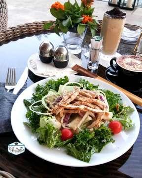 Djati Lounge ( @djatilounge ) . Avogato Chicken (105k++), menu ini cantik banget dari dada ayam yg diiris tipis lalu di tumpuk2 tiap layernya beda2 ada alpukat, smokebeef, dan topingnya ada mozarellanya lalu siram dengan bumbu wijen. Lengkap dengan hash brown potato.. beneran puas menu inii.. . Chicken Salad (55k++) Salad sayurannya ada kale, tomat cheri, selada bokor, kol merah dan onion. Ayamnya dipotonginya memanjang kecil2 bagus banget dan bumbunya pake saus wijen mirip Chicken Avogato nya.. . Salmon Steak Herb Butter (165k++), Pake bumbu herb n butternya wangi. Disini kasih porsinya salmonnya lumayan gede n nggak amis. Cuman sayang kulitnya ngga crispy.. Penyajiannya dikasih salad dan mantau goreng yg dipotong2 lalu di toast lagi dengan butter . . 💸 PPN 10% SC 5% 📍 Greenwood Golf Utama Mansion Araya, Malang 🕒 08.00 - 22.00 . www.gluttonwanderers.com . #halal #Malang #GluttonWanderers #GluttonWanderersEating #likeforlike #like4like #foodgasm #foodgalery #foodbloger #food #foodies #foodporn #foodgraphy  #foodiegram #instafood #foodtasting #kuliner #makanmakan #yummy #eating #surabayakuliner #Kulinersurabaya #enak #malang #kulinermalang