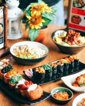 Jika weekend kalian kurang berwarna itu artinya kalian kurang makan-makanan enak 😂 . Btw semenjak nyobain sushi di Sushi Nobu jadi ketagihan dab langsung berpindah dari sushi yang antri itu 😅 .. . Yang katanya #sushilover atau #demensushi belum sah klo belum nyobain ini 💜 . . Food : Makanan enak pokoknya 💰 harga : Reasonable. 📍 venue : @shabunobusushinobu , Jakarta - Bintaro . . #gulanyagulali #sushinobu