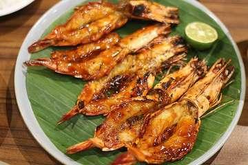 Seafood Khas Makassar di Tangerang ⠀⠀⠀⠀⠀⠀⠀⠀⠀ Emang beda ya sama seafood lainnya? Jelas beda donk, disini kamu akan menemukan jenis ikan yang tidak banyak dijual oleh tempat lainnya. Selain otentik khas makassar tempatnya pun enak banget, cocok buat berpergian dengan keluarga. ⠀⠀⠀⠀⠀⠀⠀⠀⠀ Menunya beragam, tapi aku rekomendasikan kamu coba ikan khas makassarnya yaitu ikan kudu-kudu atau ikan kukang. ⠀⠀⠀⠀⠀⠀⠀⠀⠀ Soal rasa, bumbunya meresap dan kaya akan rempah, gak berbau amis serta bikin nagih sih. ⠀⠀⠀⠀⠀⠀⠀⠀⠀ 🍽️ Ikan Kudu-Kudu Sambal Dabu-Dabu, Rp.23.000/ons 🍽️ Udang Bakar Madu, Rp.98.000 🍽️ Sayur Pepaya Kangkung, Rp.25.000/porsi 🍽️ Cumi Bakar Hitam, Rp.25.000/porsi 🍽️ Es Pisang Ijo, 🍽️Es Cao Hitam, Rp.17.000 🍽️Kelapa Muda Jeruk, Rp.35.000 ⠀⠀⠀⠀⠀⠀⠀⠀⠀ ⠀⠀⠀⠀⠀⠀⠀⠀⠀ 💳Cash and Card 📍@dermagamakassar.bsd Dermaga Makassar Seafood BSD Jl. grand Boulevard, the breeze BSD City, Tangerang. ⠀⠀⠀⠀⠀⠀⠀⠀⠀ ⠀⠀⠀⠀⠀⠀⠀⠀⠀ #gulanyagulali #dermagamakassarseafood #seafood #thefeedfeed #kulinernusantara #foodoftheday #instayum #foodlovers #foodgasm #foodporn #foodphotography #foodies #foodblogger #foodreview #foodnetwork #amazingfood #rusuhstagram #eatandcapture #likeforlike #like4follow #food #mouthgasm #foodoftheday #dietmulaibesok #jktfooddestination #ikankudukudu #seafoodmakassar #tangerangkuliner #kulinertangerang #thebreeze
