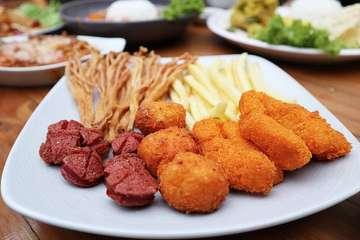 Ngemil dulu Be Em Platter @kedaibeem  Ini ada jamur yg kekinian, jamur enoki goreng, enak banget, ga brenti nyomot nih. Haha... Nugget nya juga bukan yg kaya di supermarket lho... ini homemade, jd udh pasti terjamin kualitas dagingnya. Only 35k aja. 😁 . Tempatnya di daerah yogya sunda ya... . Yang mau nemenin makan, yuks ksini 😍 Ada promo diskon 15% dari senin-jumat 11am-4pm . 🏠 @kedaibeem Jl.Panaitan No.41 Bandung Tlp (022) 4238812 HP 0813 1201 0365 Open hours Senin-Sabtu 11am-10pm . Thank you 📸 @glenn168 . . . . . . . . . . . . . . . . . . . . #kulinerinfobandung #oleholehbandung #kuliner #explorebandung #bandungjuara #kulinerbandung #japanesefood #infobdg #infobandung #bandungbanget #kulinerbdg #bandungfoodies #visitbandung #makanpakereceh #bandungculinary #bandungeatery #foodnotebdg #duniakukinerbdg #discoverbandung #bandungkuliner #bandungfood #caferestobdg #infobdgcom #bandungfoodie #bdgsociety #kulinerbandungjuara #foodporn #infobandungkuliner #ayamgoreng