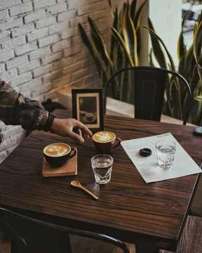 Selamat hari Jumat!  Jepret saat table set oleh Abang @subagjav • • • #manmakecoffee #allthingscoffee #happyboringlife #baristadaily #handinframe #cupinframe