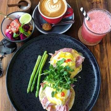 One of our favourite brunch spot in Bali, @watercressbali located in Kerobokan and Ubud.  We ordered the Watercress Breakfast Set (Crispy Corn Fritters and Eggs Benedict) which includes a fruit salad, fruit juice & Revolver Coffee. . Rating : 10/10 . #indofoodseeker #jktfoodbang #foodism #foodporn #kulinerjkt #foodies #vscofood #gofoodjkt #eatandtreats #jktgo #placestogojkt #ifsinbali #seminyak #watercressbali #brunchbali #brunchtime #baligo