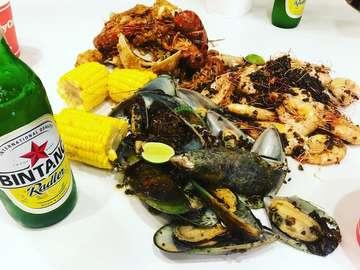 The Holy Crab  #ジャカルタ🍴  3人でピッタリ オススメはOriginalソースのセットとガーリックでエビと貝を単品注文  Price :全部で9000円〜