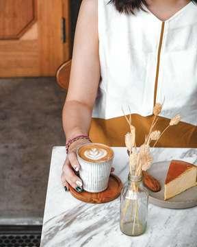 [ Eeh udah pagi aja 😵 ] ___ Pulang kerja, makan, mandi, klak klik, ngedit video, modif sequence, adjust fake angle, tambahin effect, matchingin color grading, render, preview, siapin sepeda buat gowes bsok malem.. eeh udah jam set.5 pagi 😵😴 ___ Good Mornin Friday🙌 ___ #morningmotivation #gutenmorgen #mornincoffee #morningjakarta #lovey #fridayvibes #rushhour #motrekkopi #LumixIndonesia #LumixG7 #manmakecoffee #masfotokopi #mbakfotokopi #indocoffeegram #cupsinframe #handsinframe #happyboringlife #gutenmorgencoffeelab #onthetable_project