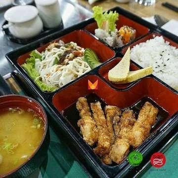 @shabunobusushinobu Di Jakarta, Bento adalah salah satu varian makanan Jepang yang cukup populer. Bento ini biasanya berisi sajian nasi lengkap dengan lauk-pauknya dan disajikan dalam wadah atau kemasan praktis, dengan isian gorengan, salad, dan tumisan ala Jepang.  Di ShabuNobu SushiNobu, kami mempunyai bermacam menu Bento seperti Salmon Teriyaki Bento, Chicken Teriyaki Bento, Beef Teriyaki Bento, Tempura Moriawase Bento dan Gindara Teriyaki Bento.  Makan siang menu ini yuk!  _  Our Locations :  Shabu Nobu  Colony 6, Lantai Ground, Jl. Kemang Raya No. 6A, Kemang, Jakarta .  Shabu Nobu  Bintaro Jaya Xchange Mall CBD, Lantai Lower Ground, .  ShabuNobu SushiNobu  Dharmawangsa Square, Lantai 1, Jl. Dharmawangsa VI .  Sushi Nobu  Plaza Indonesia, Lantai Basement, Food Hall, .  Sushi Nobu  The Bellezza Shopping Arcade, Lantai Ground, Jl. Arteri Permata Hijau No. 34,  _  Picture by @timoeats  _  #ShabuNobu  #SushiNobu  #ShabunobuSushinobu  #KulinerJakarta  #RestoranJepang