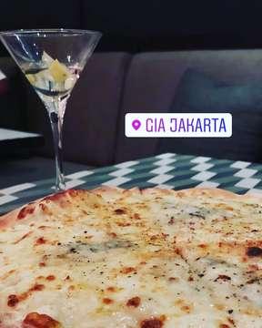 """Gia, restoran trending dan ngehits ini menyajikan makanan Italia yang autentik dengan ambience yang sangat mewah dan elegan di gedung Sampoerna.  Tips 💡 1. Event Pizza dan Martini di hari Jumat ini perfect banget untuk nongkrong2 dan party semaleman. Pizza ayce dan free flow Martini hanya untuk 450k nett/person. Martini-nya juga bisa gin dan vodka based.  2. Live music tiap Jumat dan Sabtu disini seru banget. Orang2nya chill dan acoustic-nya bagus karena tempatnya yang high ceiling dan lebar. 3. Make sure buat weekend di book 4-5 hari sebelumnya ya karena selalu full book kalo deket2 hari. Book untuk dinner dan drink till you drop aja sambil denger live music. Seru banget! Recommended Dishes 🥘 1. Burrata Pugliese: ini burrata terenak di Jakarta. Fresh banget. Simple banget. Theee ingredients: burrata yang silky, tomatoes yang sesegar from farm to table dan basil pesto yang gurih. The epitome of """"less is better""""  2. Quattro Formaggi Pizza: ini pizza gak ada duanya sih. Kombinasi 4 keju yang bener2 a match made in heaven. Creamy banget dan rasa umami di setiap gigitan, ada trufflenya juga!  3. Pork Belly Carbonara: dari nama-nya aja memang sudah expected pasti enak dish ini. Crispy pork belly, terus dicampur dengan fettucine yang al dente dan saus yang sangat creamy!! Please do yourself a favor and order this dish!  Rating 🌟 4.5/5.0  #makanan #kuliner #food #makan #jajanan #makanankekinian #enak #makananenak #instafood #kulinerindonesia #kulinerjakarta #cemilan #foodporn #kulinerbandung #foodie #indonesia #makanansehat #delicious #foodstagram #jakarta #makanenak #minuman #like #kulinernusantara #makananindonesia #indonesianfood #yummy #makanmakan #sukamakan #bhfyp"""