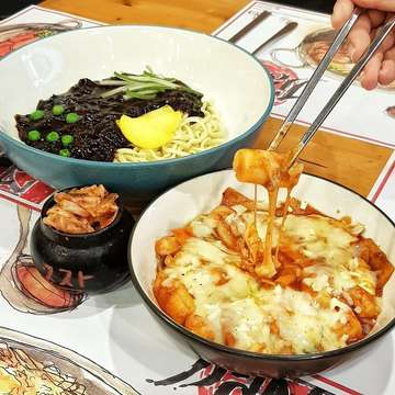 Nikmatnya buka puasa di Jjang Noodle!! @jjangnoodle 🍜😋 Disini yang mantap ada Jjangmyeon Halal yang paling enak atau Toppokki. Bisa jadi ide kalian nih. Buat kumpul2 juga asik guys!! Enjoy #jktfoodbang #dakgalbi #koreanfood #foodgasm #foodgram #buzzfeedfood #foodporn #jktinfo #foodstagram #jktgo #jktfoodbang #starvingtime #foodies #f52grams #kulinerjakarta #insiderfood #anakjajan #jakarta #feedfeed #instafood #kuliner