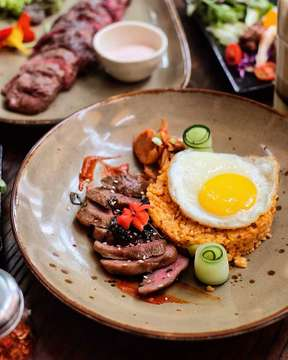 Hellooo! Welcoming new menu @mockingbird_jkt .. kimchi fried rice with beef steak! • Halal Taste : 🍟🍟🍟🍟4/5 • @mockingbird_jkt . . . . . . . #jktfoodead#jktfoodbang#jktfooddestination#foodlova#eatandtreats#anakjajan#jangkrikkuliner#yum#igfood#wisatakuliner#foodgram#foodporn#foodies#foodpic#foodstagram#tasty#foodgasm#instafood#vscofood#makananjakarta#kulinerjakarta#yummy#jakarta#explorejakarta#kekinian#indonesianfood#cafejakarta#food#f52grams