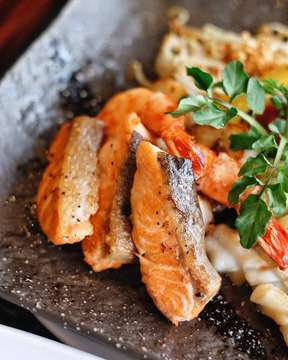 Love banget sama Umi Yama Teppanyaki Set dari @senjuomakaze . . Wajib buat dipesen! All in dalam 1 set, mulai dari prime beef, mix seafood (salmon, squid, scallop, tiger prawn) dan vegetable. Include with Miso soup, steam rice and ice cream! Semuanya premium! And big portion too! • Halal @senju_omakase . . . . . . . #jktfoodead#jktfoodbang#jktfooddestination#foodlova#eatandtreats#anakjajan#jangkrikkuliner#yum#igfood#wisatakuliner#foodgram#foodporn#foodies#foodpic#foodstagram#tasty#foodgasm#instafood#vscofood#makananjakarta#kulinerjakarta#yummy#jakarta#explorejakarta#kekinian#indonesianfood#cafejakarta#food#f52grams