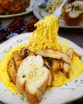 Cobain menu dengan kombinasi yang cukup unik di @monksjakarta . Ini saya cobain pasta dengan salted egg... Jadi ini spaghetti dengan ayam fillet digoreng tepung lalu dikasih bumbu salted egg tp creamy2 gt bukan yg asin... • • • • • #jktfoodmap @jktfoodmap #Yummy #foodies #instafood #foodphotograhy #kuliner #kulinerjakartabarat #kulinerjakartapusat #kulinerjakartaselatan #kampusmercubuana #kulinertanjungduren #jktfoodbang #wowkuliner #laperbaper #laperbener  #spaghetti #pasta #saltedegg #telurasin #chickenkatsu #ayamgoreng #miepasta