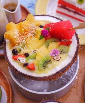 Happy monday food seeker 😋  Nah ini salah satu menu terbaru dr coconut series yg ada di @bakerzinjkt nih. Menu ini namanya tuh pineshot coco swing.  Di dalam menu ini isinya ada berbagai macam buah segar yg cocok sih disantap kl lagi panas begini. Selain itu penyajiannya jg unik krn ditaroh di atas kelapa trus di bawahnya ada efek asap dr biang es loh!  Jadi utk yg penasaran sih langsung aja dicoba yuk 😁 - - 📍 Bakerzin Central Park, Lantai Ground, Slipi, Jakarta Barat - -  #bakerzincoconutseries #pineshotcocoswing #coconutbowl #coconutlover #bakerzin #foodie #instafood #vscofood #foodporn #foodgasm #mouthgasm #igfood #jktfoodseeker #jktfoodbang #jktfooddestination #bakerzinjkt #jakartafoodies #beautifulcuisines #centralpark #dessertporn #dessertgram #kulinerunik