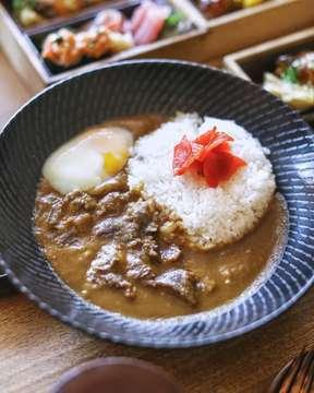 𝗢𝗞𝗨 𝗝𝗔𝗞𝗔𝗥𝗧𝗔! . Guys, just want inform you kalo @okujakarta by @hotelindonesia_kempinski punya menu special untuk kalian berbuka puasa. Oku punya 𝗜𝗙𝗧𝗔𝗥 𝗕𝗘𝗡𝗧𝗢 seharga 550rb++ kalian bisa menikmati lengkap dari appetizer, beberapa pilihan main course seperti Chicken Teriyaki, Beef Wagyu and Yasai Tempura Udon  dengan berbagai sides yang banyak banget sperti yang kalian liat di foto. Tentunya ga lupa ditutup dengan Dessert Of The Day nya guys. Recommended banget buat kalian yang mau rame-rame berbuka dengan temen-temen kantor and keluarga besar. . #shootandgram #jktshootandgram #iftar #okujakarta #kempinskijakarta