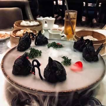 _ 𝘵𝘩𝘦 𝘧𝘢𝘮𝘰𝘶𝘴 𝘣𝘭𝘢𝘤𝘬 𝘴𝘸𝘢𝘯 𝘧𝘳𝘰𝘮 @lifengjakarta .| ⠀⠀⠀⠀⠀⠀⠀⠀⠀ ⠀⠀ ⠀⠀ #BlackSwan #Dimsum #onthetable #foodies #culinary #foodstagram #foodshare #foodporn #foodlover #foodgasm #jktfoodies #jktfoodbang #kulinerjakarta #hobimakan #doyanmakan #makanterus #coffeetime #yummy #wtfoodies #gwstarving #nomnom #lifeistasty #fooddiary #kulinerasik #like4like #stravingfoodseeker #happytummy