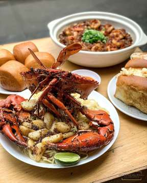 Kemarin aku ke Bandung bareng temen2 dan balik lagi ke @chefepi  Nah disini aku cobain menu favorit nya, Kepiting Garlic Butter, Noodle Garlic, Mie Rica Udang, Shrimp & Lobster Roll. . Daging kepiting nya fresh dan manis banget apalagi pake garlic noodle dan mantau nya, dengan suasana dingin Bandung makin nikmat makannya 😋 . #jnyfoodjournal #chefepi . . #kepiting #garlicbutter #miericaudang #mierica #shrimproll #lobsterroll #seafoodbandung #kulinerbandung #foodgasm #foodstagram #foodnetwork #foodstylist #f52grams #instafood #kulinerjakarta #shecreatbelly #mytastemylife #jktfoodbang #jktfooddestination #dagelan #delicious #beautifulfood #onthetable #buzzfeast #9gagnomnom #beautifulcuisines #onthetableproject