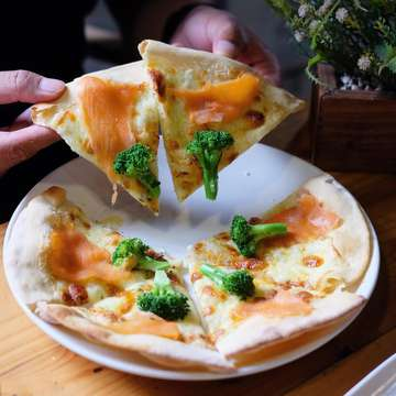 Udah lama gak main ke @aglioojogja nih ternyata sekarang konsepnya beda, ada coffee shop dan tempatnya lebih asik😍 . PROMO Happy Hours BUY 1 GET 1 COFFEE (regular coffee on menu's) dari jam 14.00 - 18.00🤩 Wajib cobain Aglioo Fredo Bianka (Cold White) enaaaak bet!, kemasannya itu lohhh kece abiss❤️ Andalannya dari dulu masih Pizza nya yang the best😋  Always prepared fresh, healthy, no MSG, and high quality👌 . Mention temen-temen kalian kesini!😘😘 •••••••••••• Location: AGLIOO RESTAURANT & COFFEE SHOP, Jl. Prawirotaman No.43, Jogja . ⏰10.00 - 24.00 ☎️(0274)388934 📌Halal Food FREE WIFI - #aglioojogja #aglioorestaurant #aglioocoffee #fredobyaglioo #agliooforeveryone #jogjafood