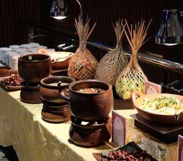 Rekomendasi buka puasa ALL YOU CAN EAT hari ini di @marriottyogyakarta🤩🤩 Worth it banget mulai dari makanan, tempat & fasilitasnya👍👍 . Jadi di @marrittyogyakarta nyediain 2 tempat berbuka puasa: 1. Kraton Ballroom (99k ++), khusus menu disini banyak menu Indonesian, tempatnya juga luas n ada live music 😍 . 2.. Yogyakarta Kitchen (199k ++) Khusus di Yogyakarta Kitchen kita bisa ngerasain berbagai masakan Timur Tengah otentik dan internasional yang disajikan oleh Chef Rabih Yantany dari Istana Al Bustan, Hotel Ritz-Carlton, Oman. Mantappp! 😍 Taste nya bener2 asli Timur Tengah , selain itu masih ada beragam BBQ Arab dan Seafood, Kebab, Shawarma, Lamb Ouzi, hingga Umm Ali yang semua wajib banget dicobain . Menu Ramadhan tersedia mulai 5 Mei - 4 Juni 2019 di mulai pukul 17.30 - 20.30 👌 Disarankan reservasi dulu biar ga kehabisan tempat 👍 Cusss tag temen kalian ajakin bukber/reunian disini . Untuk khusus hari raya IDUL FITRI ada juga nih paketnya Hari Raya Dinner (198++) Rayakan hari yang fitri dengan hidangan spesial di Yogyakarta Kitchen sperti BBQ,Ketupat, Opor Ayam & Sambel Goreng ati . Tersedia Hampers Idul Fitri 1Mei-10Juni 2019 di The Lounge mulai dari 650++ aja •••••••••••••••• Location: MARRIOTT HOTEL YOGYAKARTA, Jl. Ringroad Utara, Kaliwaru, Condongcatur, Sleman, Jogja . Info & Reservasi: (0274) 6000888 email: yogyakarta.kitchen@marriott.com - #marriothotel #marriotyogyakarta #hoteljogja #jogjafood
