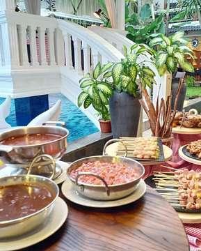 BUKA PUASA ALL U CAN EAT 😍😍😍 . Referensi lagi nihh!!! Bukaa puasa All U Can Eat di @maximilianrestaurant 😍😍 . Paket buka puasa cuma 75.000/orang udaa bisaa makan sepuasnyaaa 👍👍 Menu makanannya juga komplit ada seafood bbq, indonesian food, western food dan aneka dessert yang ciamiik . Tempatnya jugaa asikk & banyak spot buat foto-foto kecee 😆😆 Cusss booking & rsvp dari sekarang gaess! . Swipe 👉👉👉 . TAG TEMAN KALIAN!!! . 🏡 @maximilianrestaurant 💰 75.000/orang ALL U CAN EAT 📍Jl. Melati wetan no 42 ◾️ CP 0274-544110 . . . #jogjafoodhunter #restoranmaximilian #maximilianrestaurant