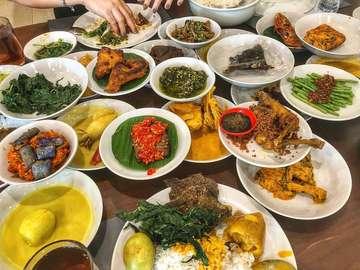 Pagi Sore, Cempaka Putih  My first time nyoba Pagi Sore. Bingung ya reviewnya gimana. Pokoknya enak 😋 Masuk daftar deh kalo lagi craving for nasi padang.  Ini yang ku makan ... Ayam Goreng (21k), Tunjang (22k), Telor Gulai (11k), Daun Singkong (11k), Paru (22k), Sambal Hijau (10k). Banyak ya pantes aja tiap makan nasi padang ga pernah murah 😂 Tpi gpp, saya puas, worth the money!  #judgyeats