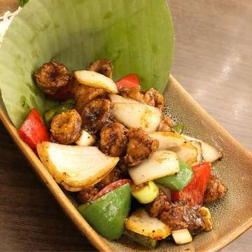 . ☆seribu rasa☆ . ただいまージャカルタ🇲🇨🙋♀️ . なかなか食べる機会が無かったインドネシア料理🍴←旦那が食べたがらない🤷♀️ よろしくね😙ジャカルタって事で❣️ . . 美味しいよー😍 サテはもちろん👍イカのブラックペッパー炒め、ワンプレートごはんのナシチャンプルも🧡 全〜部美味しかった😍 味は甘じょっぱくてご飯に良く合う👍 旦那さんも今まで食べた中で一番美味しいって言ってました🙆🏻♂️ . #seriburasa #スリブラサ #インドネシア料理#ジャカルタ#jakarta#indonesia #indonesiafood #jktlife #ジャカルタ生活 #駐在妻 #海外生活#インドネシア好きな人と繋がりたい