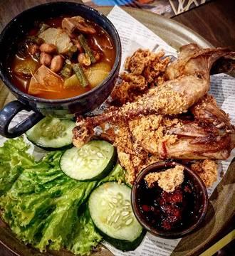 Sour soup and fried chicken.... #ayamgoreng #sayurasem #satekhassenayan #kremes
