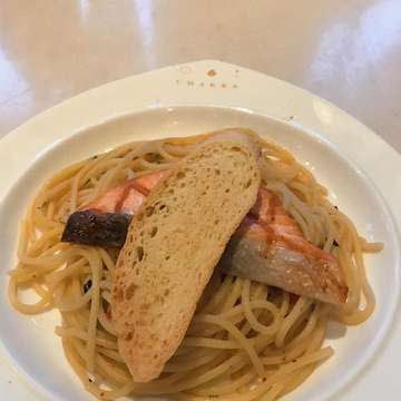 ✨Spaghetti Aglio Olio Salmon✨ 💰Rp 70.000 rating : 8/10 Spaghettinya enaak banget masaknya pas ga terlalu lama terus salmonnya juga enaak banget di luar crunchy di dalemnya soft gitu dan ini ada pedesnya jadi kalau ga mau pedes bisa bilang aja, dan menurutku overall ini enaak, selain makanannya yg enak tempatnya juga nyaman dan enak bisa buat acara jugaa , selamat mencobaa~