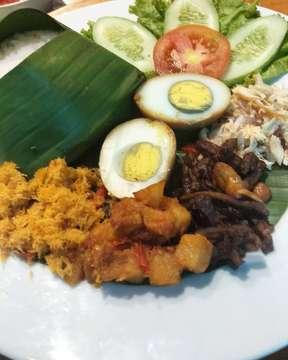 #NasiBogana ada yang tau dari khas mana??? yaa Cirebon,, isinya ada telor,orek teri tempe, kentang balado, serundeng, dan ayam suwir cobain yuk Sinjo dan Noni 😊😊😊 . . . #kopioey #kopioeymelawai #favehotelmelawai #blokmsquare #lfl