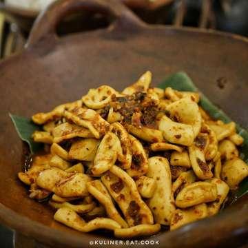 "@sheratonbandung   Mau bukber di Hotel mana nih ?  Yuk kita bukber di @sheratonbandung , semua menu nya enak enak banget ! ga bakalan nyesel deh kalau buka puasa disini. Oh iya Hotel Sheraton ini menu IFTAR BUFFET nya bertemakan makanan "" Nusantara ""   Semua jenis makanan NUSANTARA ada dari :  - Sumatera  - Bali ( Ayam Betutu , Lawar Nangka , Serapah Cumi ter da best ! )  - Sulawesi ( Kue Ku , Pisang Apek , Iga Rica-rica nya mesti banget cobain lembut banget daging nya , Ikan Patu Mara )  - Jawa ( Cantek Manis dll )  - Yogyakarta ( Opor , Gudeg dll )   Masih banyak lagi guys makanan nya , ada  dessert , salad , buah"" segar , juga noodle station pilihan mie dan sayur ada juga udang dan baso tahu nya juga. Ada sushi , aneka daging ikan goreng , pasta , untuk di bagian luar ada rebus""an seperti ubi , jagung rebus. berbagai macam takjil , jajanan pasar , dan gorengan !   Banyak banget kan makanan nya , menu yang paling cipon suka "" Iga Rica"" nya.   Sheraton Bandung , FEAST RESTAURANT  📍Ir. H Juanda No 390 Bandung  💰Hari Senin - Jumat IDR 238.000++ 💰Hari Sabtu Minggu  IDR 258.000 ++   #kulinerbandung #bukber #sheratonbdg #sheratonbandung #allyoucaneat #9gag #hotel #kulinernusantara #caferestobdg #cemilan #bandungfoodies #tasty #infobandungkuliner #kulinerbdg #foodporn #foodphotography #foodie #foodgasm #foods #foodstagram #insta #anakjajan  #eat #eatingfortheinsta #lumix #kulinereatcook #jktfooddestonation   @lumixindonesia"