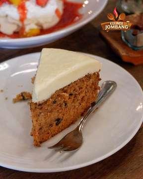 """[ #KulinerJombangGoesToBali ]  Kalo kalian ke Bali nih cobain cake di @bikubali yang wajib di pesen menurut mimin 😋 . Pavlova dan Carrot Cakenya uenak banget buat dessert habis makan yang berat 👌🏻 . Apalagi pavlovanya enak banget gak kemanisan 😍❤️ . . 👉 Pavlova dan Carrot Cake . 🏡 """"Biku Bali'' 📍 Jalan Petitenget No.888 Seminyak, Kerobokan Kelod, Kec. Kuta Utara, Kabupaten Badung, Bali . 💸 IDR 45.000 Pavlova . 💸 IDR 35.000 Carrot Cake . 🕑 everyday : 08.00 - 23.00 WITA . 📱 @bikubali . ☎️ 0851 00570888 . . Ojo lali double tap ❤️ share nang konco2 yo😎 . #kulinerbali  #balikuliner  #kulinernusantara  #kulinerindonesia  #foodstagram  #foodgasm  #food  #foodporn  #foodblogger  #foodlover  #kulinerjombanggoestoBALI  #BALITrip #HOLIDAY #explorebali #biku"""
