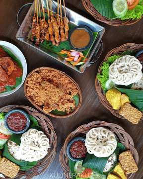 31/3/19 KAPULAGA INDONESIAN BISTRO 📍Jl. Dayang Sumbi 1-3, Bandung ☎️022.2506195 ☎️022.2506197 ⏰Weekday 08:00 - 22:00 ⏰Weekend 08:00 - 23:00 @kapulaga.bdg _______________________  @kapulaga.bdg bisa jadi salah satu referensi nih buat acara makan keluarga dengan sajian nusantara (mayoritas masakan Sunda). Tempatnya luas ; ada kebun dan arena bermain juga untuk anak-anak. Menunya ada yang perorangan atau kalau mau seru rame-rame ada paket botram. #kulinerakutkapulaga . #kulinerakut #kapulagabistro #kapulagabdg #nasitutugoncom #ayamkremes #indonesianbistro #sateayam __________________________
