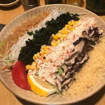 Rekomendasi kuliner yg yummmm banget dr koko kali ini adalah utk kamu para pecinta salad, salad yg koko makan kali ini dari @sushiteibandung ini pake komplit saladnya sushi tei, jadi ada lettuce, mushroom, potongan lemon, corn, wakame, ada tepung crispy, sampe yg paling yummy suiran daging kepiting, udah deh, makan ini doang udah kenyang banget pasti! Dan pastinya sehat dan segerr! 😄😄 ------------------------------------------------------------ 📍 : Sushi Tei - Jl Sumatera No 9, Bandung ------------------------------------------------------------- #salad #sushitei #saladbar #kulinersehat #bandungkuliner #kulinerankoko #jajansehat #saladsehat #saladenak #kulinerbandungenak #makanansehat #foodporn #freshfood #rekomendasikuliner #kulinerbandungjuara #saladrecipe