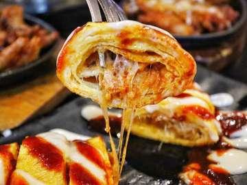 PRICE: Cheese Chili Chicken Regular IDR 92.000 Chilli BBQ Chicken Feet IDR 68.000 Chilli Chicken Egg Roll Half IDR 28.000  LOCATION : Jeans Chilli Chicken Gandaria City  Restaurant Korea dgn menu2 pedas. Menu variasinya tidak terlalu banyak. Makanannya juga enak sayangnya kita kurang kuat makan makanan pedas.  Food 3,5/5 Service 3/5 Atmosphere 2/5 Price 3/5  Overall Average  #kuliner #kulinerjakarta #kulineranberdua #foodporn #foodie #foodlove #foodpic #yummy #tasty #foodlover #vscofood #instafood #foodforlife #koreanfood #gandariacity #jeanschillichicken
