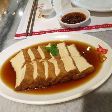 #lunchwithmom #happymother'sday #roastedduck  #braisedtofuandegg #bbqspareribs #wontonnoodles #crispyroastpork #favorite #deliciouseats #hkstyle #michelinstarfood 😋