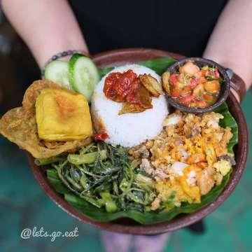 Makan yukkk makan @ayamgeprekyutiwi Yokkkkk cus sekarang apalagi ada #Cashback GOPAY 20%. Mayan bangeddddddddd ________________ Ayam geprek  Rp 20.000 ________________ Soalnya ayam gepreknya yg sedap dan kamu bisa pilih level pedasnya dgn berbagai macam sambal ada sekitar 17 sambal seperti sambal nanas, mangga, Strawberry, sambal Matah, sambal teri & sambal jengkol. Dan juga Bisa tambah, sayur, tahu/tempe dan telur dadar. Kenyang & puas.  _ Kalau kamu asik mager hmmm atau rumahnya jauh dari Tubagus Ismail. Tenang ,ada mamang GoFood dan GrabFood siap mengantarkan.  _ Harga Rp 13.000-Rp 20.000 __ Lokasi: AYAM GEPREK YU TIWI @ayamgeprekyutiwi Jl. Tubagus Ismail No. 45 (Lt. 2 Indomaret sebrang RS Ginjal Habibie, area Tubi-Eatz) Bandung _ Jam 12.00-21:30 Telp. 087722108556  _ #letagoeat #letsgoeatall  #LGExayamgeprekyutiwi #ayamgeprekyutiwi #ayamgeprek  _ #eatoutbdg#foodnotestories #makanpakereceh #letsgoeat #letsgoeatall #instasunda #duniakulinerbdg #indonesianfood #visitbandung  #hobikuliner #bandungjuara #culinary #kulinerbdg  #explorebandung  #makanpakereceh #bempculinary #foodgallerybdg #bandungfoodsociety #discoverbandung #jktfoodhunting #jajananbandung