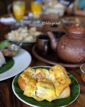 Info #BUKBER buat kamu yg kangen makanan Jawa cus ke@warungsuluh aja. Apalagi ada Paket Hemat Buka Puasa seharga 30K aja & udah termasuk air mineral loh. Pilihannya ada Nasi Kuning, Nasi Pepes Ayam Jamur, Nasi Timbel, Nasi Pecel Ayam, Nasi Goreng Teri, & Nasi Urap.  _________________________ Nasi pendem Rp 30.500 Nasi Krawu Rp 36.000 Telor daging asap keju Rp 22.500 Sate ayam Rp 35.000 Bebek goreng sambal matah Rp 42.500 _______________________  Mau menu ala carte juga ada. Banyak pilihannya dan enak2 loh!! Apalagi suasana ala Jawa sangat mendukung apalagi lagu lagu lawasnya yg vintage abis, Bikin betah deh. Makanya ajakin keluarga juga temen2 kamu ke @warungsuluh _  Lokasi: Warung Suluh  @warungsuluh Jl. Dr. Cipto No. 8 Bandung _ Buka Jam : 07.00–22.00 (puasa buka dari jam 8 pagi ) Telp (022)421 22 12  _ #warungsuluh #LGExwarungsuluh #LGExramadhan2019  #letsgoeat #letsgoeatall #instasunda #duniakulinerbdg #indonesianfood #visitbandung  #hobikuliner#bandungjuara #culinary #kulinerbdg  #explorebandung #kulinerbandung #makanpakereceh #bempculinary #foodgallerybdg #bandungfoodsociety #discoverbandung #jktfoodhunting #jajananbandung #terfujilah