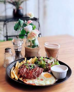 Steak Salad . . . . . #steak #salad #dinner #coffee #stillife #stillifephotography #photography #foodphotography #frenchfries #egg #yummy #eeeeeats #food #foodporn #foodie #travel #travelphotography #jakartafood #jktfoodbang #anakjajan #cooking #foodoftheday #shabbychic #colorful #dinner #breakfast #jktfoodie #foodlover #edpic