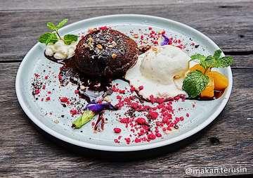 Makanan satu ini cocok banget buat berbuka puasa 🥰💕 Selain rasanya yg manis juga seger loh karena ada campuran eskrim vanilla nya super duper enak deh 🤗💖 Bakal nyesel kalo ga nyobain lava cake satu ini ,penampilannya yg menarik dan coklatnya yg super banyak dan lumer2 bakal puas deh 💯😍🌈 Rate 9/10 📍Please Please Please,Bandung. 💸 39K (Melting Cake On Ice)  #kulinerbandung #23paskal #food  #ngiler #makan #delicious #enak #makanankekinian #makanmakan #makanterusss #makanbanyak #makanan #food #foodporn #foodphotography #foodie #foods #likeforlikes #likeforfollow#jajanankekinian #jajananenak #jajananmurah #jajananpasar #jajanenak #murah #cemil #cemilan #cemilankekinian
