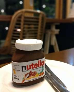🥧🍫 Nutella Cake Bottle . . 💰IDR 55k (exclude tax & service). . . 💬 Dessert unik satu ini bikin mimin penasaran gimana rasanyaa. Cake tapi dibentuk seperti botol nutella, unik banget ya guys. Karna itu mimin khusus ke @livingstonebakery buat cobain. Setelah mimin pesen, ga pake lama langsung deh mimin coba. Cake ini aman untuk dimakan semuanya lo guys. Pertama bingung cara makannya, mau potong pakai pisau susah banget, karna coklat luarnya keras. Setelah perjuangan yang lumayan, cake dalemnya enak banget guys, bikin nagih. Coklatnya krasa, dan mirip blackforest cake. Tapi klo coklat luarnya agak eneg menurut mimin klo dimakan sendiri, tapi klo dimakan rame rame pasti enak. Cobain aja klo penasaran ya guys. Makan yukzzz 😘. . #dessert #livingstonecafeandbakery #kulinercake #nutella #nutellacake #kulinerbali #foodporn #foodgasm #dessert #likeforlike #instalike #kuliner #kulinernusantara #kulinerindonesia #makanyukzzz  #makan_yukzzz