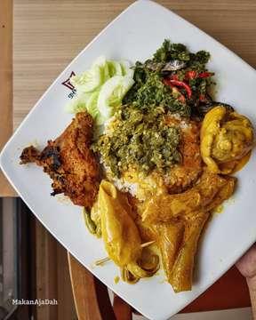 . . . . Siapa yg ngak suka masakan satu ini, gw rasa jarang yah! yess...masakan padang memang selalu di hati.  Rumah makan Padang menawarkan keanekaragaman jenis masakan seperti rendang, gulai tunjang, gulai otak, Ayam bakar, dendeng balado, ayam pop, telor dadar, dan gulai kepala ikan kakap dll  Tak jarang rumah makan Padang masih mengimpor bahan dari ranah Minang, misalnya mendatangkan ikan bilis asli dari Sumatra Barat. Duh aku suka bgt ikan bilis sambal hijau seperti di foto.  Info dunk rumah makan padang mana Favorite mu? . . . #makanajadah #jangkrikkuliner  #nasipadang #rmpadang #padang #rendang #sambal #bilis #ayampanggang #cumi #gulaitunjang #gulaiotak #enak #nikmat #yummy #sedap