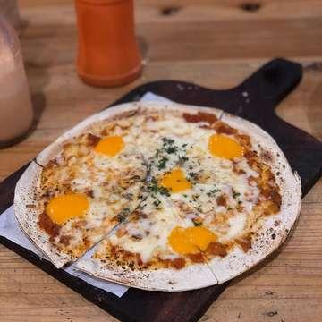 Four cheese pizza . . . . .  #jktfoodbang #food #kulinerbogor #makanananakbumi #eatandbrunch #kuliner #jktfood #foodgasm #foodstagram #foodie #foodgasm #jktgo #jktkuliner #eatinbogor #bogor #bogorculinary