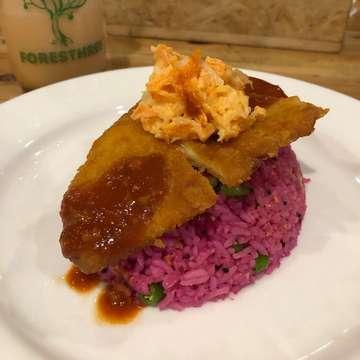 Red Dragon Fruit Fried Rice . . . . .  #jktfoodbang #food #kulinerbogor #makanananakbumi #eatandbrunch #kuliner #jktfood #foodgasm #foodstagram #foodie #foodgasm #jktgo #jktkuliner #eatinbogor #bogorkuliner #bogorculinary
