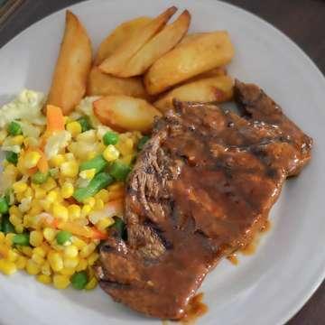 Bentar lagi mau gajian, coba dijadwalin makan bareng sama temen temen kantor di @abubasteak_ , kali ini kita cobain di abuba cipete, ini tenderloin sauce bbq dengan tingkat kematangan medium well, ada beberapa pilihan daging dari local, new zealand sampai us yang ini kita pilih daging dari new zealand yuk jadwalin makan di @abubasteak_  Harga💰 : 115K  #makanbikinbahagia #ceritamakan #steak #abuba #steakfoodgram #jktfood #foodgasm #foodgram #buzzfeedfood #foodporn #vscofood #foodstagram #jktgo #jktfoodbang #starvingtime #foodies #insiderfood #jakarta #feedfeed #instafood #foodnetwork #gofoodjakarta #travelfoodie #igfoodies #edisijajanmevvah